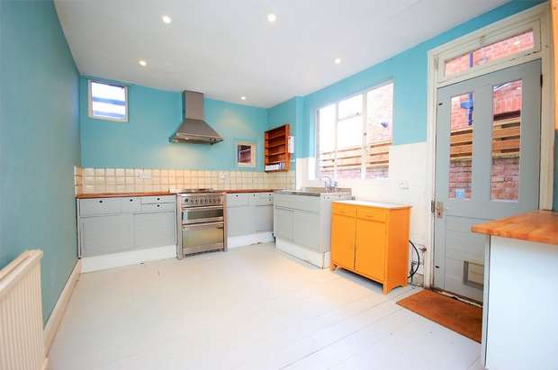 3 Bedrooms Terraced House for rent in Drayton Road, London