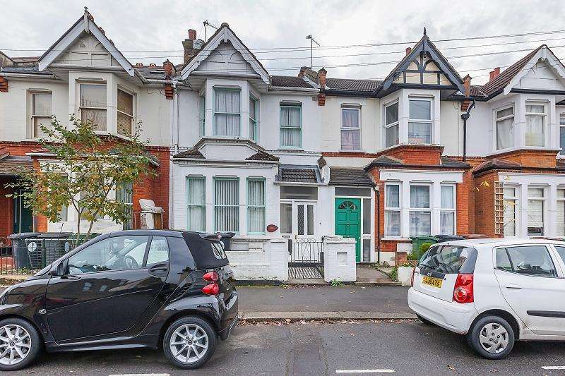 3 Bedrooms Terraced House for sale in Twickenham Road, London, Greater London. E11