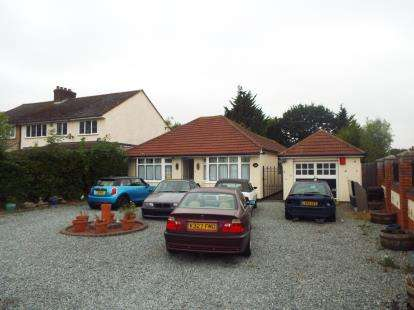 3 Bedrooms Bungalow for sale in Laindon, Basildon, Essex