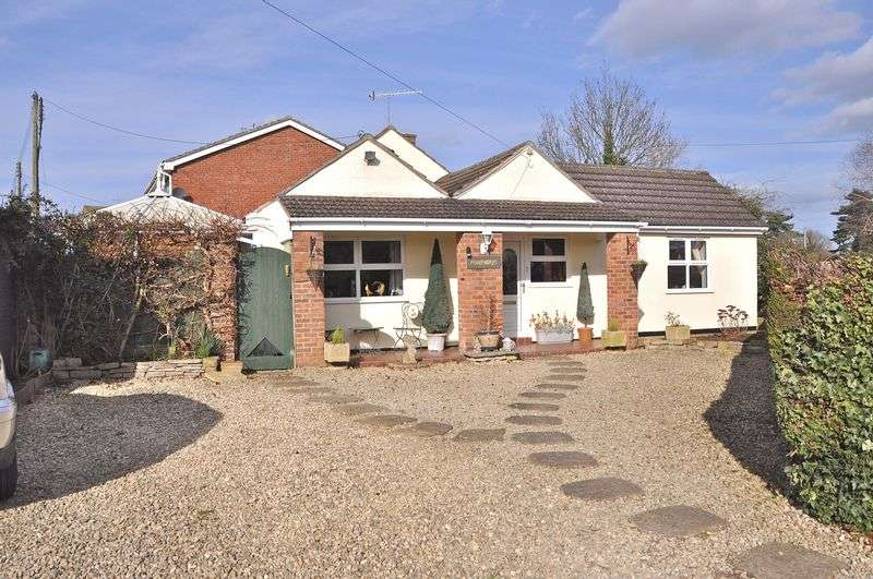 3 Bedrooms Detached Bungalow for sale in Ferry Lane, Offenham, Evesham, WR11 8RT