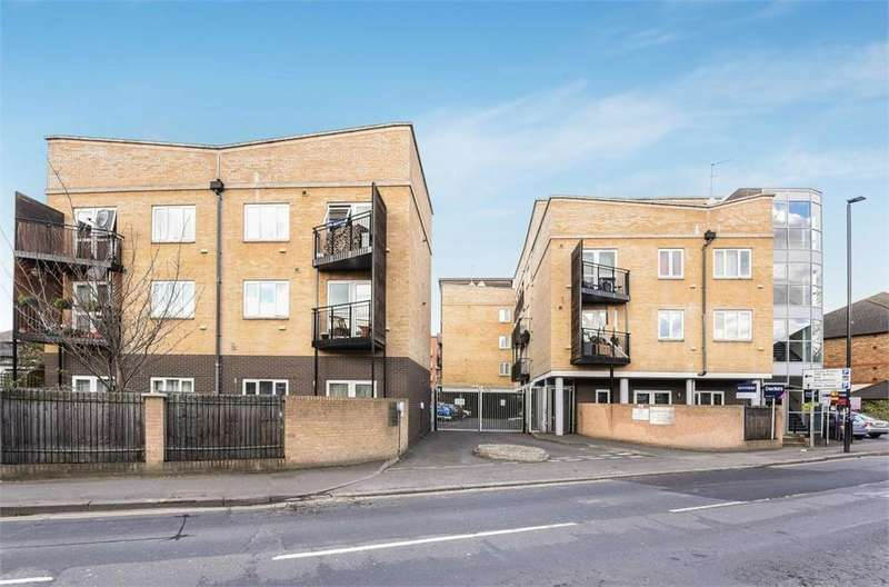 2 Bedrooms Flat for sale in Hamilton Court, 147 Hanworth Road, Hounslow, Greater London