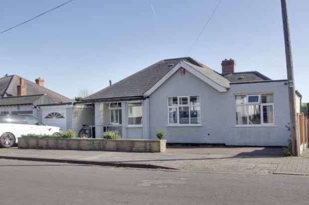 3 Bedrooms Detached Bungalow for sale in Bramcote Dr West, Nottingham, Nottinghamshire, NG9 1DU