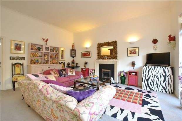 2 Bedrooms Flat for sale in Victoria Bridge Court, BATH, Somerset, BA1