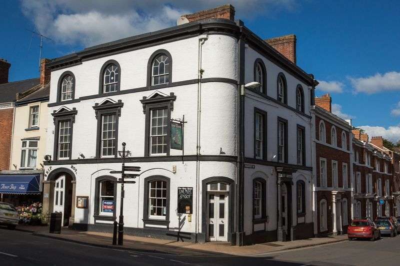 3 Bedrooms Property for sale in High Street, Crediton