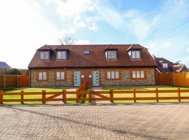 3 Bedrooms Semi Detached House for sale in Lee Common