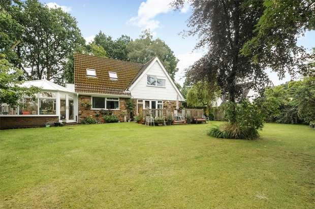 5 Bedrooms Detached House for sale in Pinewood Avenue, CROWTHORNE, Berkshire