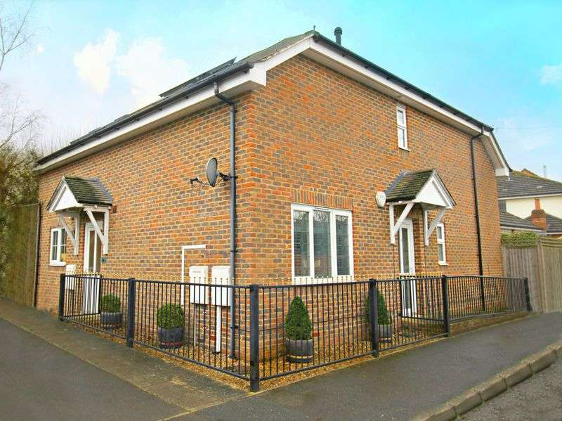 2 Bedrooms Semi Detached House for sale in Catlin Gardens, Godstone