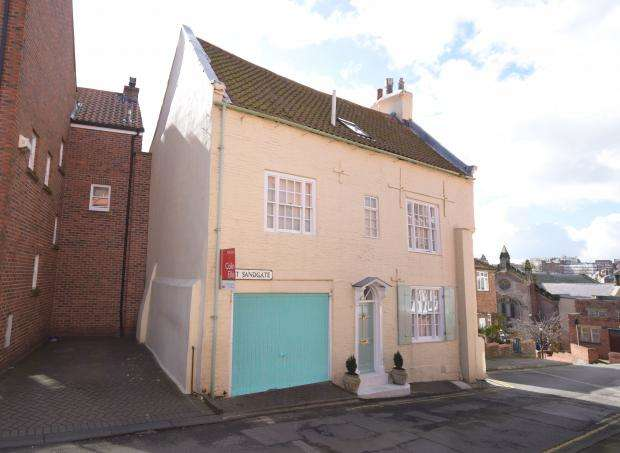 3 Bedrooms Detached House for sale in East Sandgate, Scarborough, North Yorkshire, YO11 1PR