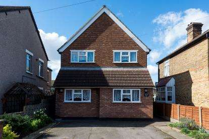 3 Bedrooms Detached House for sale in Rise Park, Romford, Essex