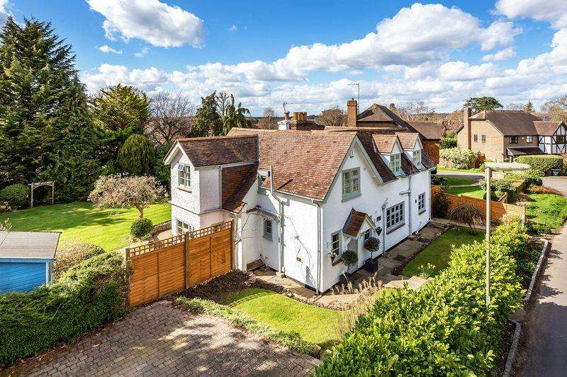 5 Bedrooms Detached House for sale in Agates Lane, Ashtead