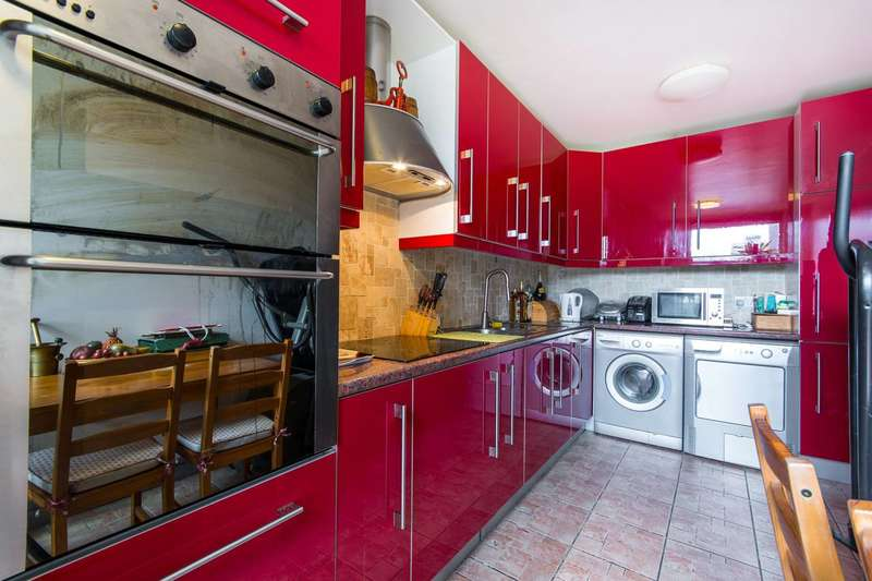 2 Bedrooms Flat for sale in Sullivan Close, Clapham Junction, SW11