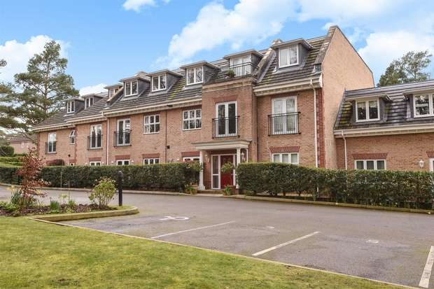 2 Bedrooms Flat for sale in Wellington Mansions, Ardwell Close, CROWTHORNE, Berkshire