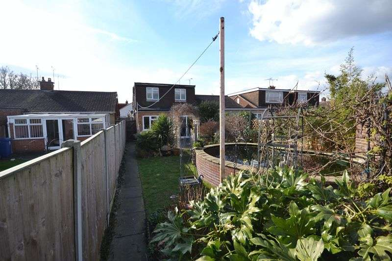 4 Bedrooms Semi Detached Bungalow for sale in Cloisters, Stanford-Le-Hope