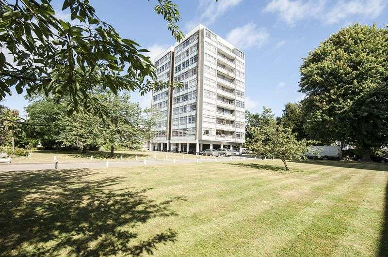 2 Bedrooms Flat for sale in Wellington Close, Walton-On-Thames