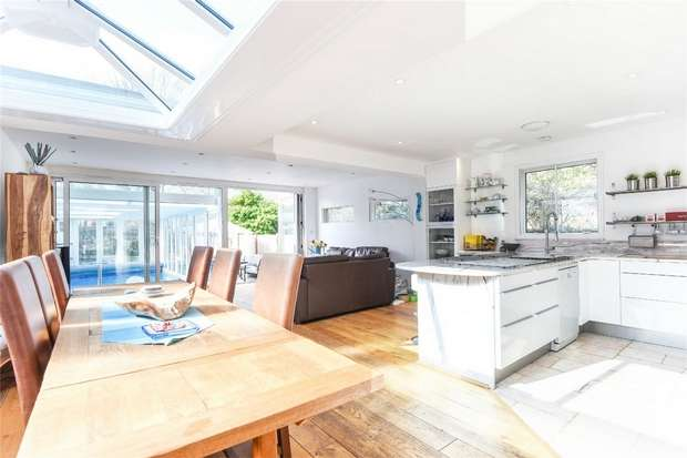 3 Bedrooms Detached Bungalow for sale in Haliburton Road, St Margarets, Twickenham