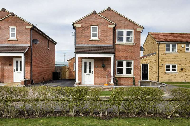 4 Bedrooms Detached House for sale in 9 The Oval, Farsley, Pudsey, LS28 5FH