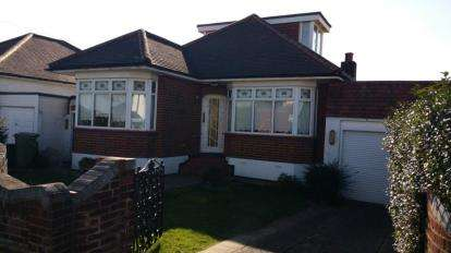 3 Bedrooms Bungalow for sale in Collier Row, Romford, Essex