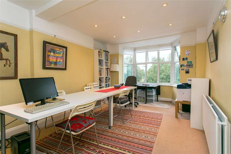 2 Bedrooms Flat for sale in Windsor Court, The Pavement, London, SW4
