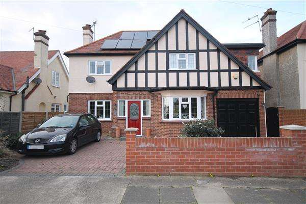 4 Bedrooms House for sale in Clarendon Park, East Clacton