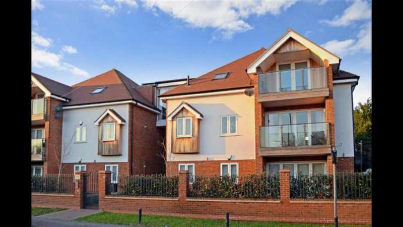 2 Bedrooms Flat for sale in Chigwell Heights, Manor Road