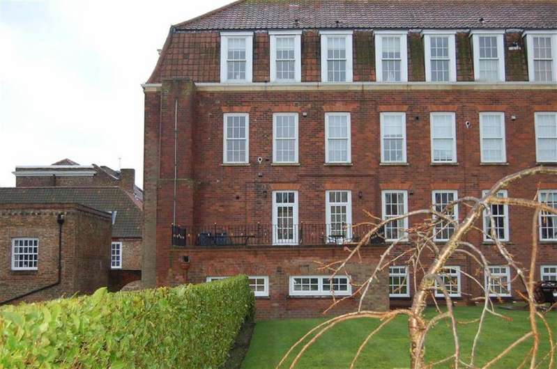 3 Bedrooms Maisonette Flat for sale in Hunmanby Hall, Hunmanby