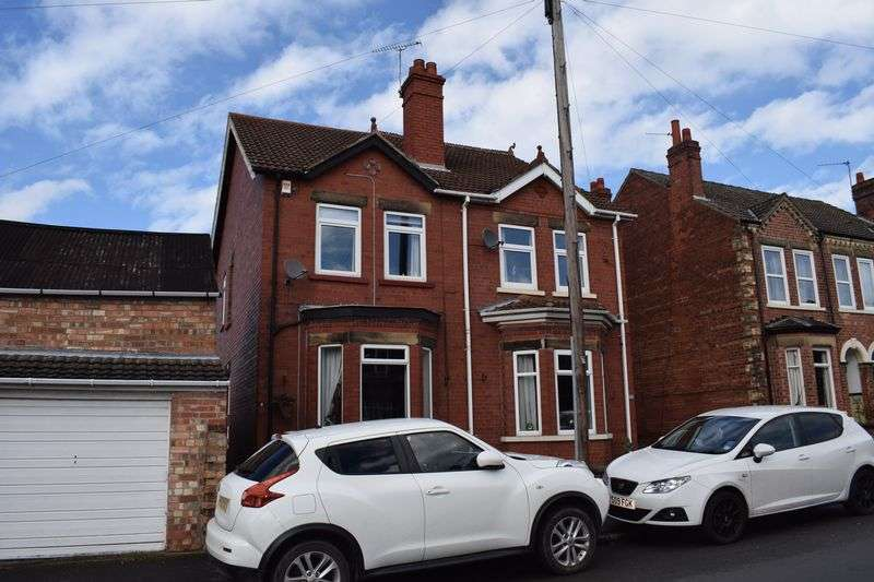3 Bedrooms Semi Detached House for sale in Love Lane, Gainsborough