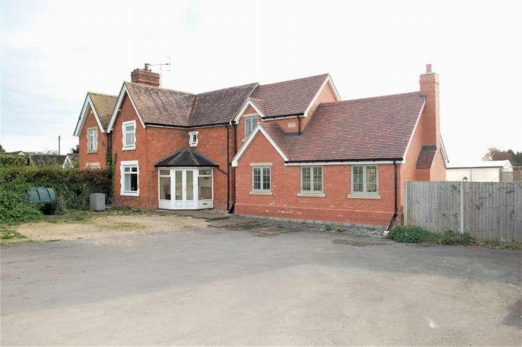 3 Bedrooms Semi Detached House for sale in Honeybourne Road Bickmarsh, Bidford On Avon Alcester