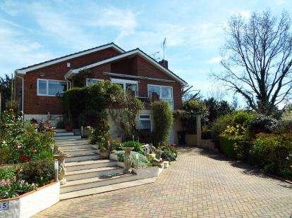 3 Bedrooms Bungalow for sale in Corfe Mullen, Wimborne
