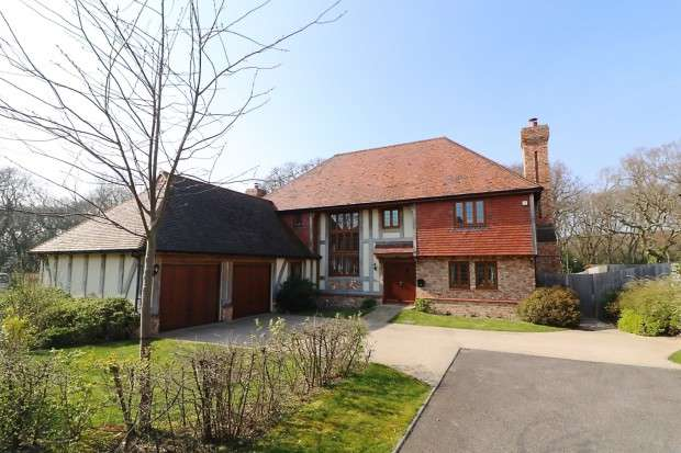 5 Bedrooms Detached House for sale in Old Harrier Close, Cooden, Bexhill-on-Sea, TN39