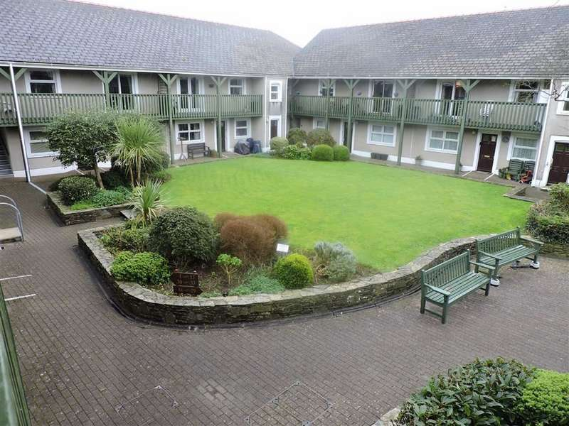 2 Bedrooms Flat for sale in Cawdor Court, Narberth, Pembrokeshire