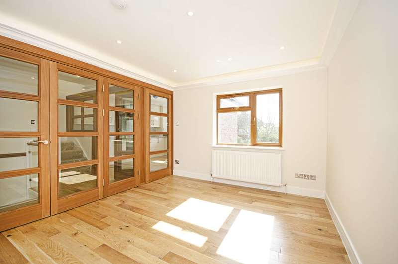 3 Bedrooms Flat for sale in Pennine Drive, Cricklewood, NW2