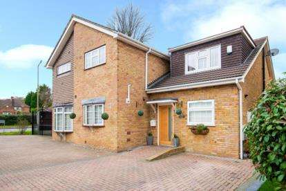 2 Bedrooms Semi Detached House for sale in Pittman Close, Ingrave, Brentwood, Essex
