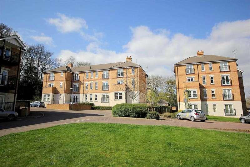2 Bedrooms Apartment Flat for sale in 2 DOUBLE BEDROOM TOP FLOOR APARTMENT IN Adrian Close, Boxmoor