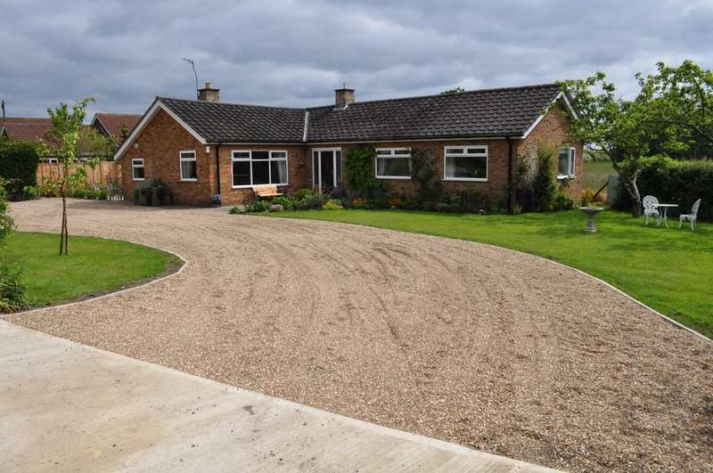 3 Bedrooms Detached Bungalow for sale in Menthorpe Lane, North Duffield