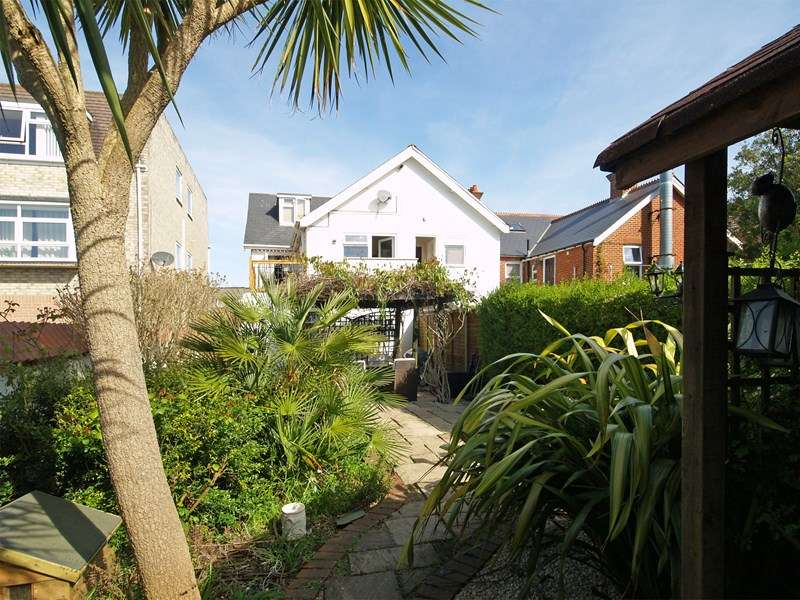 2 Bedrooms Maisonette Flat for sale in Lymington Road, Highcliffe, Christchurch