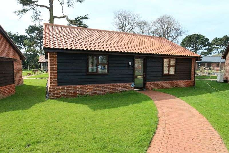 2 Bedrooms Bungalow for sale in Carlton Hall Gardens, Lowestoft