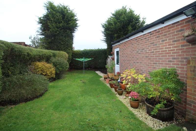 2 Bedrooms Semi Detached Bungalow for sale in Kenmure Avenue, Brighton, BN1