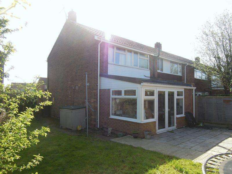 3 Bedrooms Terraced House for sale in Ash Close, Langley.