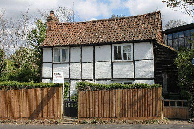 2 Bedrooms Detached House for sale in LEATHERHEAD