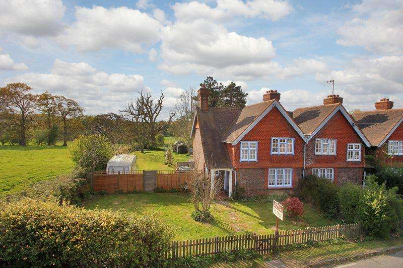 3 Bedrooms End Of Terrace House for sale in Brighton Road, Lower Beeding, RH13 6NH