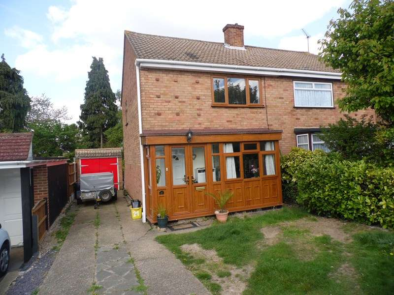 2 Bedrooms Semi Detached House for sale in Dorothy Gardens, Benfleet