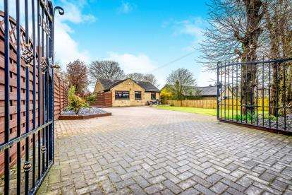 5 Bedrooms Bungalow for sale in Tewit Lane, Halifax, West Yorkshire