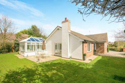 3 Bedrooms Bungalow for sale in Birtles Road, Macclesfield, Cheshire