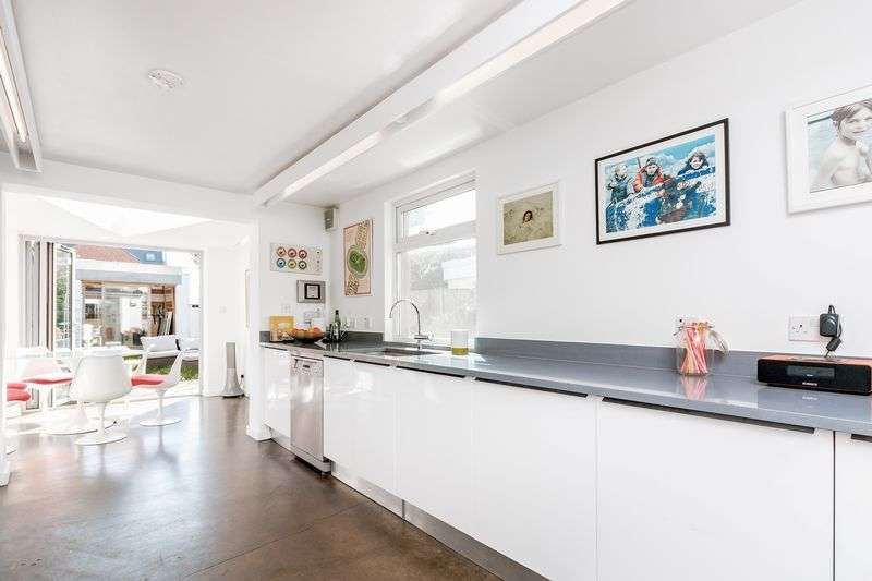 5 Bedrooms Terraced House for sale in Newick Road, Hackney, E5