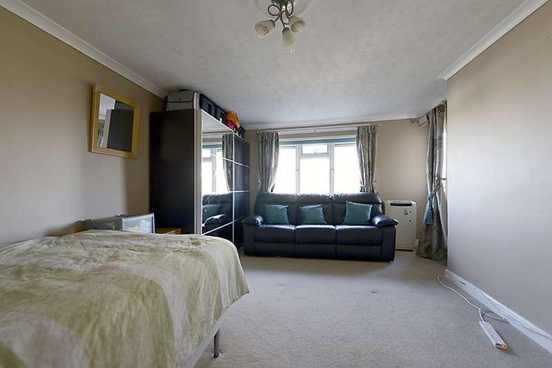 2 Bedrooms Flat for sale in Minster Way, Slough, Berkshire, SL3