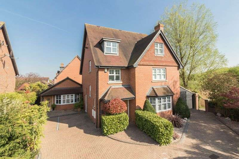 5 Bedrooms Detached House for sale in Deer Park Way, Waltham Abbey
