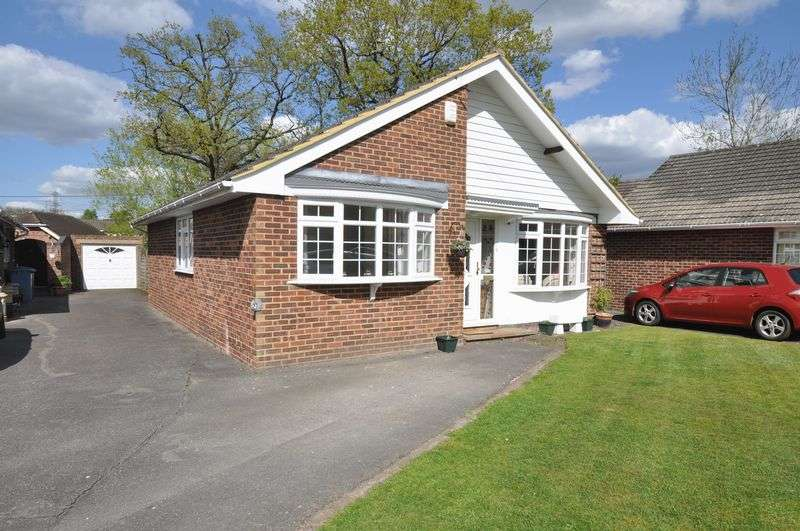 3 Bedrooms Detached Bungalow for sale in Fareham Drive, Yateley