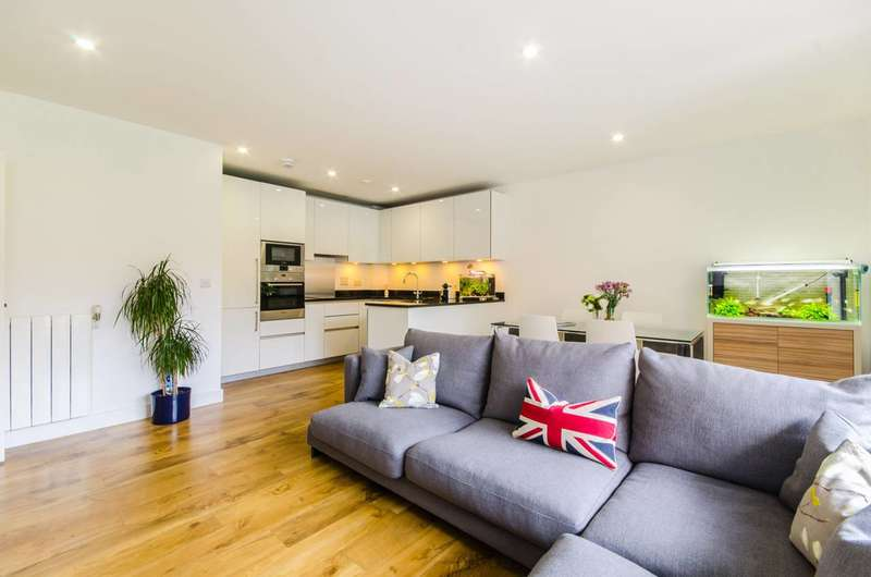 3 Bedrooms Flat for sale in Dowding Drive, Kidbrooke, SE9