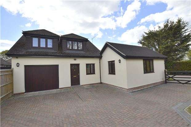 3 Bedrooms Detached House for sale in Langshott Lane, HORLEY, Surrey, RH6 9AH