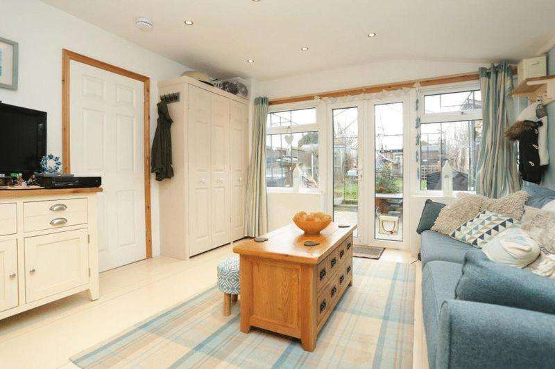 3 Bedrooms Terraced House for sale in Minster